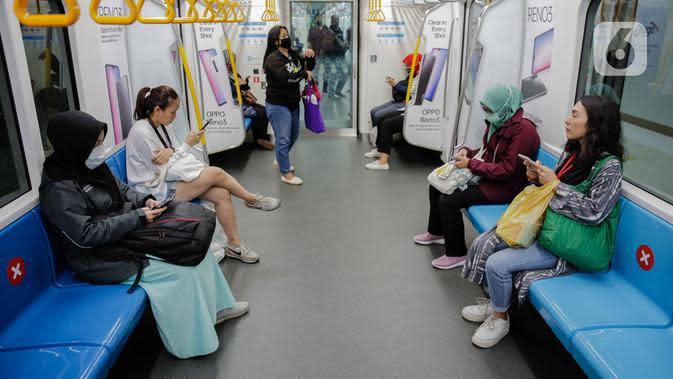 Penumpang duduk di bangku yang tidak ditempeli stiker panduan jarak di stasiun MRT Bundaran HI, Jakarta, Kamis (19/3/2020). Masyarakat kini lebih waspada dalam menanggapi penyebaran virus corona Corona-19 dengan seiring bertambahnya kasus tersebut di Tanah Air. (Liputan6.com/Faizal Fanani)