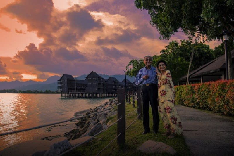 Dr Mahathir and Dr Siti Hasmah posed in photographs that depicted the couple on an evening at an undisclosed waterfront location. ― Picture via Twitter/chedetofficial