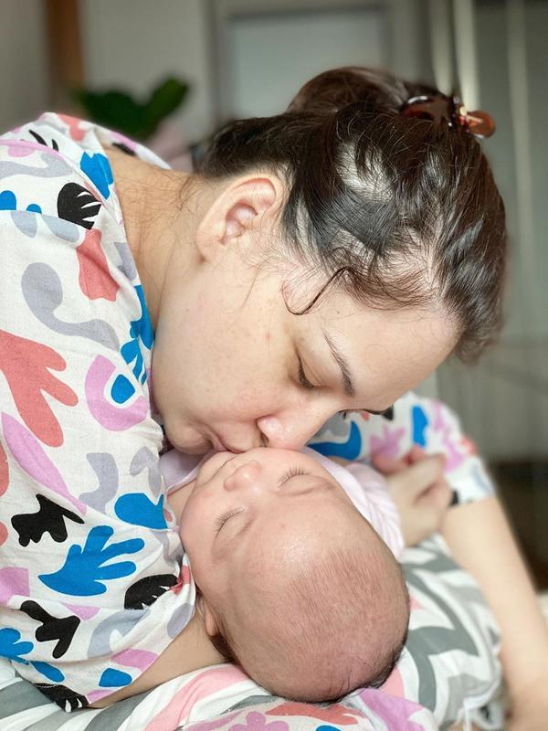 Mona Ratuliu bersama bayinya (Instagram/monartuliu)