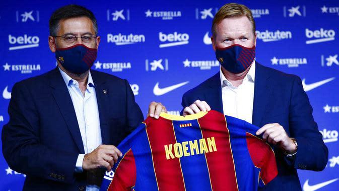 Presiden Barcelona, Josep Maria Bartomeu foto bersama pelatih baru Barcelona, Ronald Koeman, saat acara perkenalan di Barcelona, Rabu (20/8/2020). Koeman resmi menjadi pelatih Barcelona untuk dua tahun kedepan. (AP/Joan Monfort)