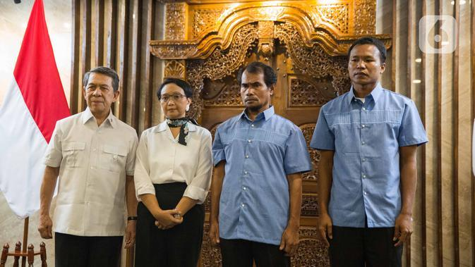 Menteri Luar Negeri Retno Marsudi saat upacara serah terima dua ABK WNI di Kementerian Luar Negeri, Jakarta, Kamis (26/12/2019). Maharudin Lunani (48) dan Samiun Maneu (27) yang disandera kelompok Abu Sayyaf di Filipina berhasil dibebaskan pada 22 Desember 2019. (Liputan6.com/Faizal Fanani)