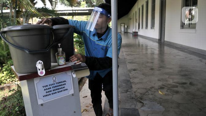 Pekerja saat menyiapkan fasilitas cuci tangan bagi pengunjung di Museum Kebangkitan Nasional, Jakarta, Senin (8/6/2020). Pengelola menyiapkan standar protokol kesehatan jelang dibuka kembali untuk umum saat masa PSBB Transisi guna memutus penyebaran Covid-19. (merdeka.com/Iqbal S Nugroho)