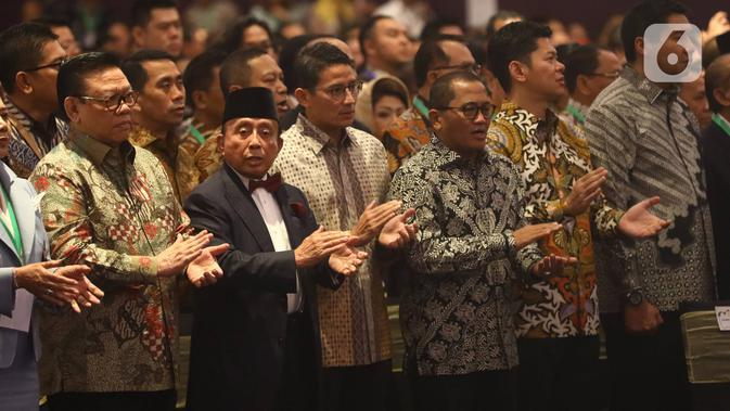 Sandiaga Uno (ketiga kiri) menghadiri acara pelantikan pengurus Himpunan Pengusaha Muda Indonesia (HIPMI) periode 2019-2024, di Hotel Raffles, Jakarta, Rabu (15/1/2020). Sandiaga Uno hadir dalam acara ini sebagai mantan Ketua Umum HIPMI periode 2005-2008. (Liputan6.com/Angga Yuniar)
