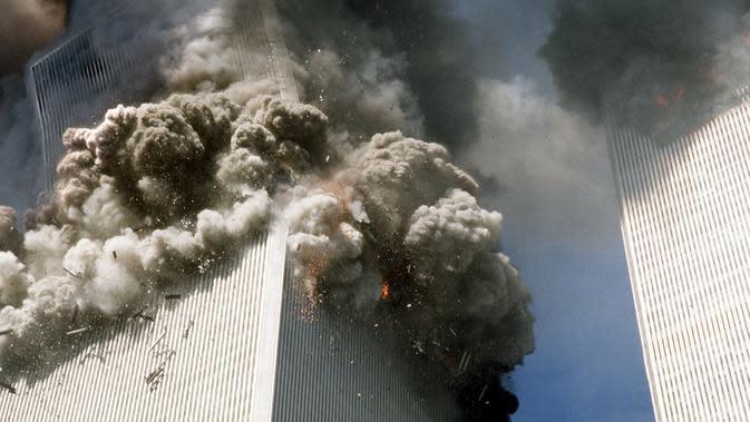 File foto 11 September 2001 ini, menara selatan World Trade Center, kiri, mulai runtuh setelah serangan teroris di gedung-gedung penting di New York. (AP Photo/Gulnara Samoilova)