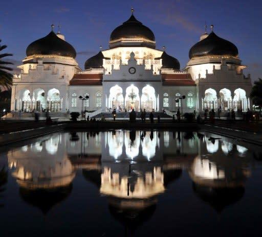 Masjid Besar Baiturrahman di Banda Acheh, Indonesia telah dibakar habis apabila Acheh diserang kuasa Belanda pada tahun 1873. Namun, ia telah dibina balik satu dekad kemudian. Ia antara masjid yang paling indah di seluruh Indonesia.