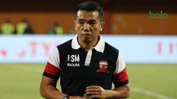 Rasiman, pelatih sementara Madura United pengganti Dejan Antonic. (Bola.com/Aditya Wany)