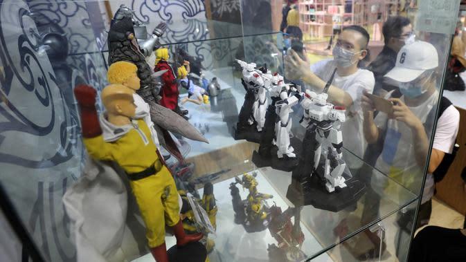 Orang-orang mengambil foto tokoh-tokoh kartun di ChinaJoy 2020 di Shanghai, China timur, pada 31 Juli 2020. Ajang permainan terbesar di Asia, ChinaJoy atau dikenal sebagai China Digital Entertainment Expo and Conference, dimulai pada Jumat (31/7) di Shanghai. (Xinhua/Fang Zhe)