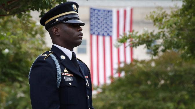 File foto 11 September 2019 ini, seorang anggota Pengawal Tua Angkatan Darat AS berdiri di halaman National 9/11 Pentagon Memorial sebelum upacara dalam rangka memperingati 18 tahun serangan 11 September di Pentagon di Washington. (AP Photo/Patrick Semansky)