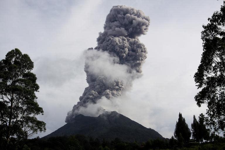 Sinabung volcano erupts and spews hot smoke in Karo on November 10, 2013