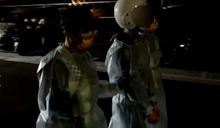 萬華收帳引糾紛!台中摩鐵1男中刀濺血 警全套防護衣押送