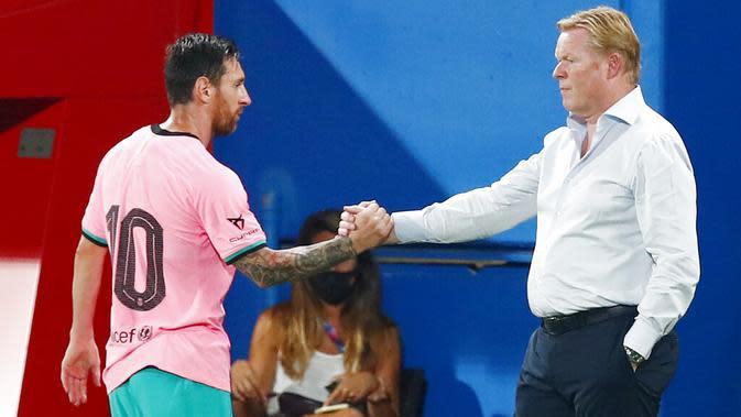 Striker Barcelona, Lionel Messi, berjabat tangan dengan pelatih Ronald Koeman saat melawan Girona pada laga uji coba di Stadion Johan Cruyff, Barcelona, Kamis (17/9/2020). Barcelona menang 3-1 atas Girona. (AP/Joan Monfort)