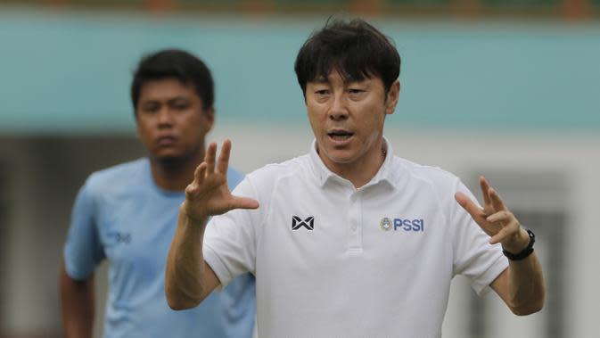Manajer pelatih Timnas Indonesia, Shin Tae-yong, memberi arahan saat sesi latihan di Stadion Wibawa Mukti, Cikarang, Senin (13/1/2020). Sebanyak 51 pemain mengikuti seleksi untuk memperkuat skuat utama Timnas Indonesia U-19. (Bola.com/M Iqbal Ichsan)