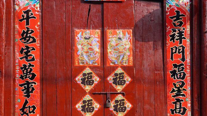 (Photo: Chinese New Year 2018) Kertas merah di pintu rumah kerap ditempal untuk merayakan imlek.