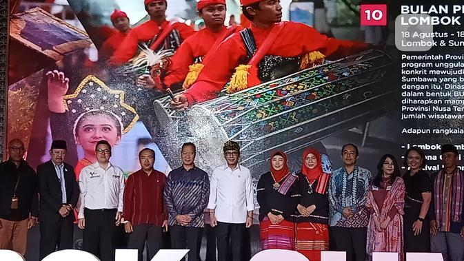 Menteri Pariwisata dan Ekonomi Kreatif Wishnutama bersama Wakil Gubernur NTB Siti Rohmi Djalillah meluncurkan calender of event Lombok Sumbawa. (Liputan6.com/Dinny Mutiah)