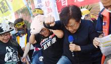 反萊豬 陳玉珍踩塑膠小豬抗議 (圖)