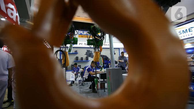 Pengunjung melihat peralatan industri yang dipamerkan dalam Manufacturing Indonesia 2019 di JIExpo, Kemayoran, Jakarta, Rabu (4/12/2019). Pameran manufaktur internasional terbesar di Indonesia tersebut berlangsung 4-7 Desember 2019. (Liputan6.com/Angga Yuniar)