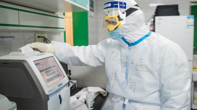 Li Xiang, petugas medis dari Provinsi Jiangsu, memeriksa hasil pengujian di sebuah bangsal ICU Rumah Sakit Pertama Kota Wuhan di Wuhan, 22 Februari 2020. Tenaga medis dari seluruh China telah mengerahkan upaya terbaik mereka untuk mengobati para pasien COVID-19 di rumah sakit itu. (Xinhua/Xiao Yijiu