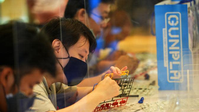 Para pelanggan merakit sejumlah model robot mainan Gundam di Siam Paragon di Bangkok, Thailand (24/9/2020). Pameran tersebut dibuka pada Kamis (24/9) di mal Siam Paragon dan akan berlangsung hingga 4 Oktober mendatang. (Xinhua/Rachen Sageamsak)