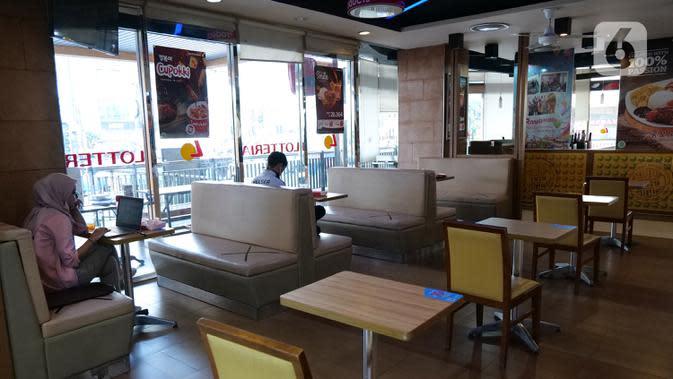 Pengunjung terlihat berada di dalam gerai makanan cepat saji asal Korea, Lotteria di Kawasan Fatmawati, Jakarta, Satu (20/6/2020). Setelah 9 tahun, Lotteria mengumumkan akan menutup semua gerainya di Indonesia secara permanen per tanggal 29 Juni 2020. (Liputan6.com/Herman Zakharia)