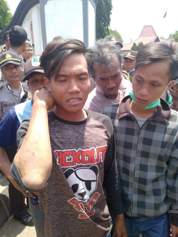 Warga terluka dalam bentrok TNI dengan warga di Brecong, Buluspesantren, Kebumen. (Foto: Liputan6.com/Widodo Sunu/Muhamad Ridlo)