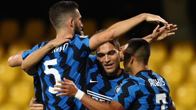 Penyerang Inter Milan, Lautaro Martinez (tengah) berselebrasi setelah mencetak gol ke gawang Benevento pada laga giornata kedua Serie A di Stadio Ciro Vigorito, Rabu (30/9/2020). Inter Milan tanpa kesulitan berarti mencukur tim promosi Liga Italia Benevento 5-2. (Alessandro Garofalo/LaPresse via AP)