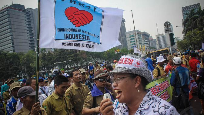 Massa yang tergabung dalam Forum Honorer Kategori 2 (FHK2) itu menuntut status honorer untuk segera diangkat menjadi status PNS, Jakarta, (15/10/14). (Liputan6.com/Faizal Fanani)