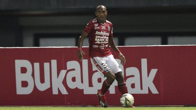 Bek Bali United, Leonard Tupamahu, mengontrol bola saat melawan Bhayangkara FC pada laga Piala Presiden 2019 di Stadion Patriot, Bekasi, Kamis (14/3). Bhayangkara menang 4-1 atas Bali. (Bola.com/Yoppy Renato)