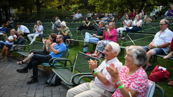 Beberapa kursi ditandai dengan pita untuk jaga jarak selama konser luar ruangan yang diadakan di Palm Garden di Frankfurt, Jerman, pada 1 Agustus 2020. Serangkaian konser diadakan di Frankfurt hingga 30 Agustus dengan langkah-langkah pengendalian dan pencegahan COVID-19 yang ketat. (Xinhua/Lu Yang)