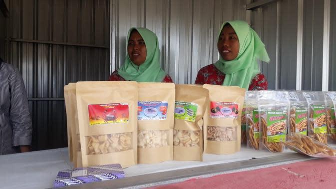 Ida dan Titin, warga Bondan, Desa Ujungalang, Kampung Laut, Cilacap, memamerkan produk olahan makanan yang berbahan baku ikan dan udang. (Foto: Liputan6.com/Muhamad Ridlo).