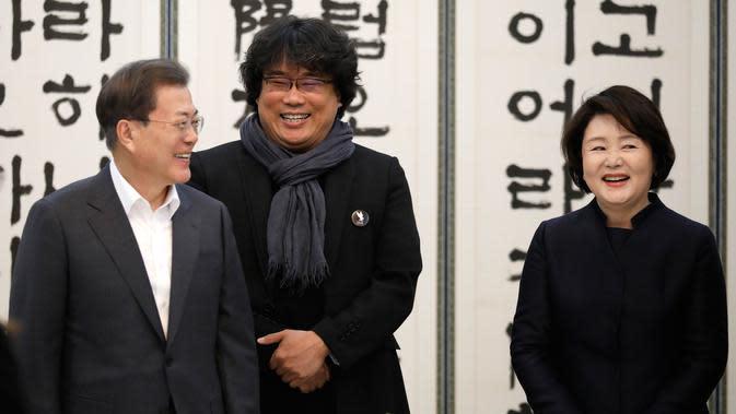 Sutradara Bong Joon Ho bertemu Presiden Korsel, Moon Jae-in dan Ibu Negara Kim Jung-sook saat makan siang di Blue House, Kamis (20/2/2020). Presiden Moon mengundang Sutradara Bong Joon Ho dan seluruh tim untuk merayakan kemenangan Parasite yang membawa pulang empat Piala Oscar 2020 (KIM HONG-JI/AFP)