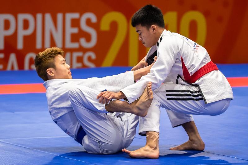 Singapore jiu-jitsu athlete Noah Lim (left) during his men's 62kg final against Thailand's Kuntong Suwijak. (PHOTO: Andy Chua/SNOC)