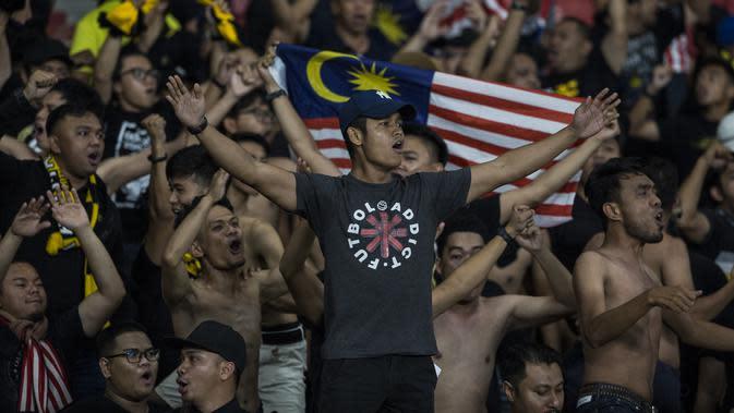 Suporter Malaysia memberikan dukungan saat melawan Timnas Indonesia pada laga Kualifikasi Piala Dunia 2022 di SUGBK, Jakarta, Kamis (5/9). Indonesia kalah 2-3 dari Malaysia. (Bola.com/Vitalis Yogi Trisna)