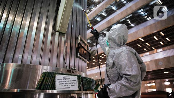 Petugas menyemprotkan cairan disinfektan saat sterilisasi area ibadah di Masjid Istiqlal, Jakarta Pusat, Jumat (13/3/2020). Pembersihan oleh petugas gabungan tersebut untuk mencegah penyebaran virus corona COVID-19 di lingkungan Masjid Istiqlal. (Liputan6.com/Faizal Fanani)