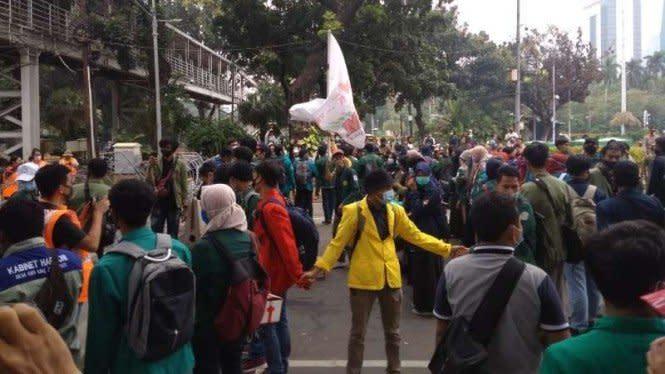 Suara Lantang Mahasiswa Demo Omnibus Law: Kami Datang Bukan Merusak