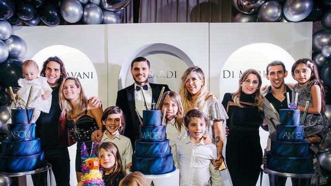 Striker Manchester United (MU) Edinson Cavani bersama kekasihnya, Jocelyn Burgardt, dan rekan-rekannya. (foto: Instagram @cavaniofficial21)