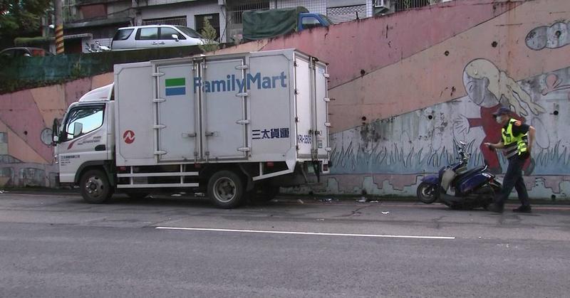 快新聞/板橋男騎車撞上路邊貨車 意識不清送往亞東醫院