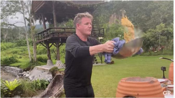 Aksi Gordon Ramsay Bikin Nasgor Khas Indonesia, Pakai Lempar Nasi. (Screenshot Youtube/Gordon Ramsay/Henry)