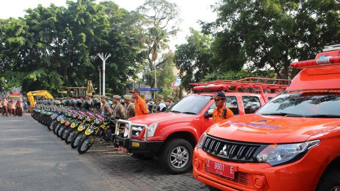 Deretan kendaraan taktis milik BPBD, Basarna, serta TNI-Polri berderet rapi saat melangsungkan apel siaga bencana di halaman Otista Garut, Jawa Barat (Liputan6.com/Jayadi Supriadin)