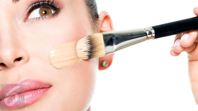 Ingin memiliki produk makeup foundation yang tepat bagi kulit Anda? Simak 6 tips berikut ini. (iStockphoto)