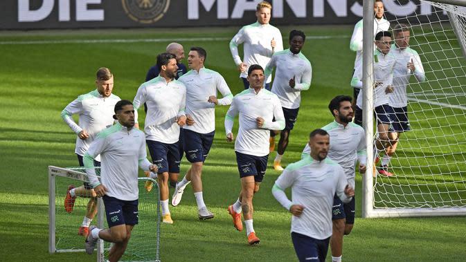 Para pemain Swiss melakukan pemanasan saat mengikuti sesi latihan tim di Stadion RheinEnergie, Cologne, Jerman (12/10/2020). Swiss akan bertanding melawan Jerman dalam lanjutan UEFA Nations League Divisi A Grup 4 (A4). (AP Photo/Martin Meissner)