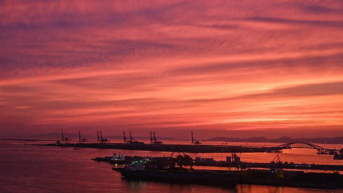Pemandangan pelabuhan di Osaka (20/9/2020). Pelabuhan Osaka adalah salah satu pelabuhan utama di Jepang, berlokasi di Teluk Osaka. (AFP/Philip Fong)