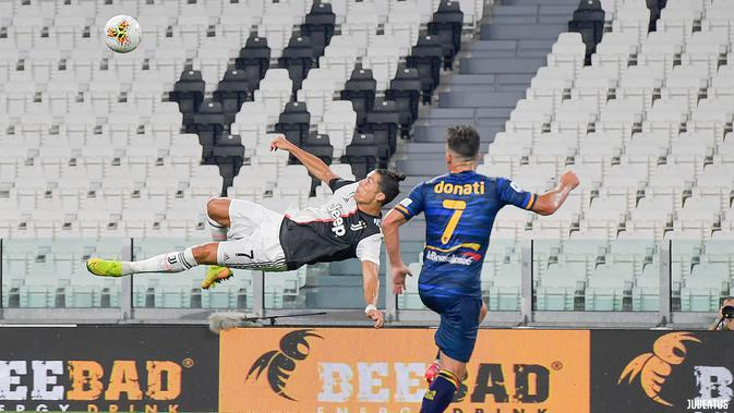 Penyerang Juventus, Cristiano Ronaldo mencoba melakukan tendangan salto di kotak penalti Lecce. (Twitter/Juventus)