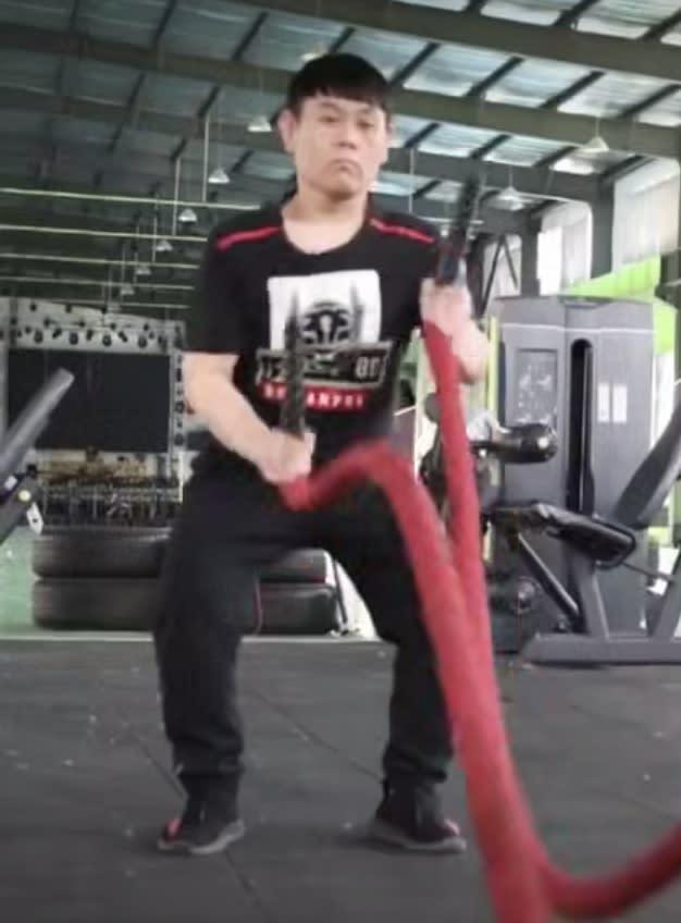 崔鶴獨自留守健身訓練營,在3個多月的期間內,除了管理營內水電、各項雜事,其他時間都在訓練,最終減重75公斤。(圖/翻攝自梨視頻微博)