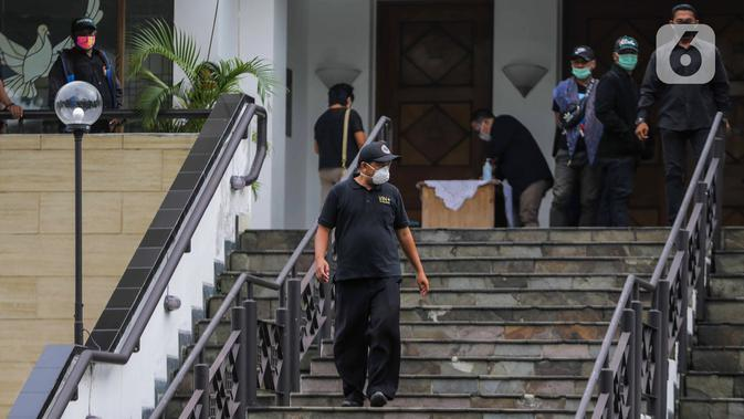 Suasana pelayat pelepasan jenazah Glenn Fredly di Gereja Sumber Kasih, Lebak Bulus, Jakarta, Kamis (9/4/2020). Glenn Fredly meninggal dunia pada 8 April 2020 malam di sebuah rumah sakit di Jakarta Selatan. (Liputan6.com/Faizal Fanani)