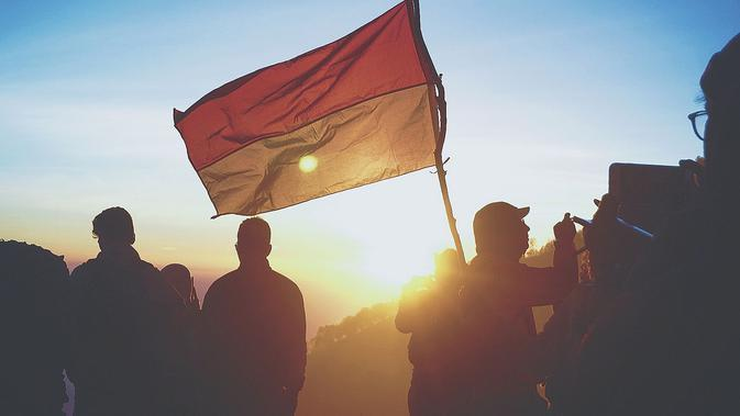 Ilustrasi bendera Indonesia. (Photo by crysia . on Unsplash)