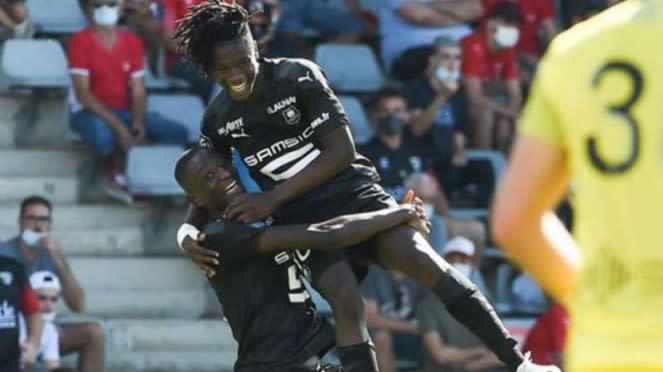 Pemain Rennes rayakan gol.