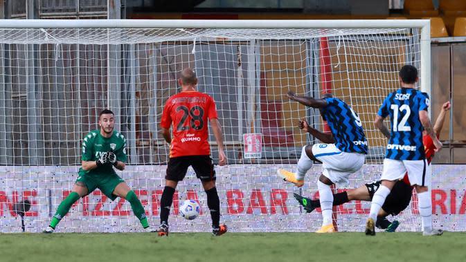 Penyerang Inter Milan, Romelu Lukaku (ketiga kanan) mencetak gol ke gawang Benevento pada laga giornata kedua Serie A di Stadio Ciro Vigorito, Rabu (30/9/2020). Inter Milan tanpa kesulitan berarti mencukur tim promosi Liga Italia Benevento 5-2. (Alessandro Garofalo/LaPresse via AP)