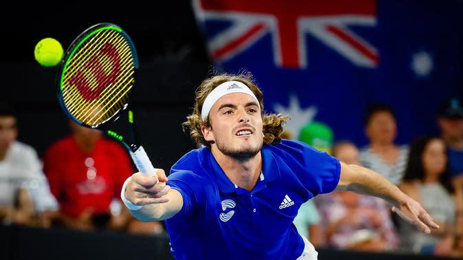 Petenis Yunani, Stefanos Tsitsipas mengembalikan pukulan petenis Australia, Nick Kyrgios pada nomor tunggal putra kejuaraan tenis beregu ATP Cup di Brisbane, 7 Januari 2020 (Patrick HAMILTON / AFP)