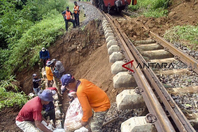 Perjalanan KA Sukabumi-Bogor dibatalkan sementara akibat longsor