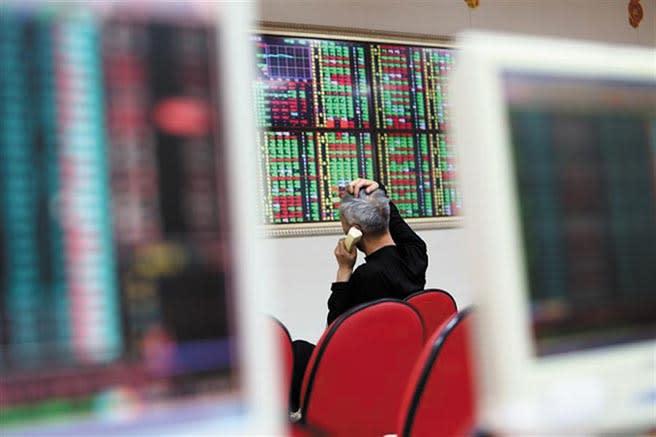 科法斯集團警示,各國股市榮景恐怕是假象;而台綜院創辦人劉泰英更擔憂這是「拚命製造泡沫」現象,投資人小心。(本報資料照片)